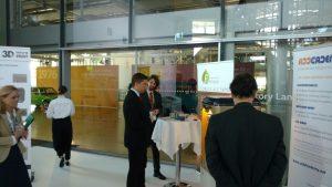 Sachsens Wirtschaftsminister Martin Dulig informierte sich vor der Preisverleihung an unserem Stand über die Entstehung des Pokals.